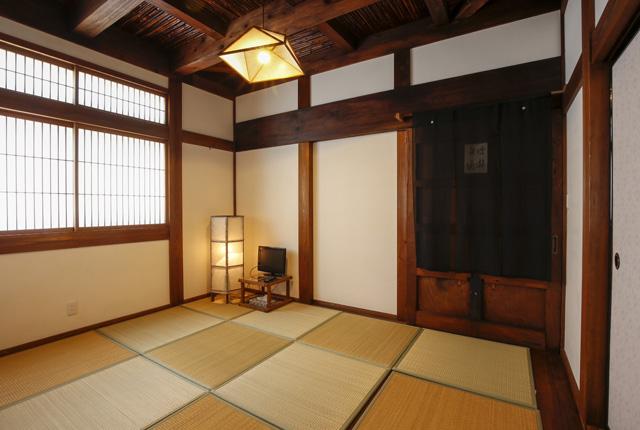 季心里の天井に竹を使用した和室の写真